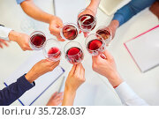 Gruppe Business Leute beim Rotwein trinken im Büro als Alkohol Konzept. Стоковое фото, фотограф Zoonar.com/Robert Kneschke / age Fotostock / Фотобанк Лори