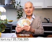 elderly happy smiling pensioner with money in hands. Стоковое фото, фотограф Татьяна Яцевич / Фотобанк Лори