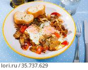 Appetizing scrambled eggs with brisket. Стоковое фото, фотограф Яков Филимонов / Фотобанк Лори