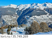 Ski slopes in the swiss alps on a bright sunny winter's day. Стоковое фото, фотограф Neil Harrison / age Fotostock / Фотобанк Лори