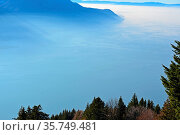Atmospheric image of mist over Lake Geneva in Switzerland. Стоковое фото, фотограф Neil Harrison / age Fotostock / Фотобанк Лори