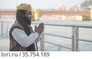 Kumbh Mela Haridwar India. Sadhu or Saint wearing mask at Mahakumbh . Appleprores 422 Cinetone 60fps. Редакционное видео, видеограф Devendra Rawat / Фотобанк Лори