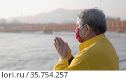 Kumbh Mela Haridwar India. Pilgrim wearing mask at Mahakumbh . Appleprores 422 Cinetone 60fps. Редакционное видео, видеограф Devendra Rawat / Фотобанк Лори