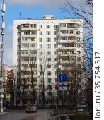 Двенадцатиэтажный одноподъездный блочный жилой дом серии II-18-01/12А. Построен в 1966 году. 11-я Парковая улица, 48, корпус 1. Район Северное Измайлово. Город Москва (2020 год). Редакционное фото, фотограф lana1501 / Фотобанк Лори