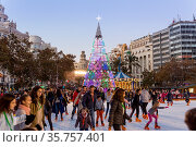 Valencia, Spain - Dec 16, 2017: People ice skating on Christmas ice... Стоковое фото, фотограф Zoonar.com/Matej Kastelic / easy Fotostock / Фотобанк Лори