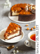 Delicious tart. Tasty and beautiful dessert - salted caramel cheesecake with chocolate and nuts made by chef. Стоковое фото, фотограф Nataliia Zhekova / Фотобанк Лори