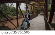 Mom with handicapped son exploring the zoo. Стоковое видео, видеограф Данил Руденко / Фотобанк Лори