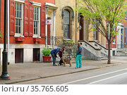 11th St  Philadelphia, Pennsylvania. USA. Walking with dog. Редакционное фото, фотограф Валерия Попова / Фотобанк Лори