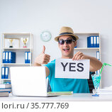 Businessman holding message in office. Стоковое фото, фотограф Elnur / Фотобанк Лори