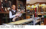 Air rifle in the hands of the owner of the gun shop. Стоковое видео, видеограф Яков Филимонов / Фотобанк Лори