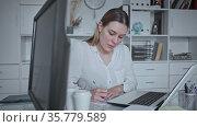 Successful young business woman using computer at workplace. Стоковое видео, видеограф Яков Филимонов / Фотобанк Лори