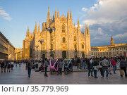 Вид на собор  Duomo di Milano солнечным сентябрьским вечером. Милан, Италия (2017 год). Редакционное фото, фотограф Виктор Карасев / Фотобанк Лори