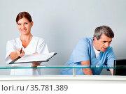 Ärztin bittet um Unterschrift auf ein Formular auf einem Klemmbrett. Стоковое фото, фотограф Zoonar.com/Robert Kneschke / age Fotostock / Фотобанк Лори