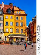 Warsaw, Poland - June 24, 2019: Colorful houses in Castle Square ... Стоковое фото, фотограф Zoonar.com/Nataliya_Nazarova{} / age Fotostock / Фотобанк Лори