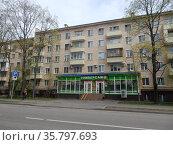 Пятиэтажный восьмиподъездный кирпичный жилой дом серии I-511, построен в 1961 году. 15-я Парковая улица, 18, корпус 1. Район Восточное Измайлово. Город Москва. Редакционное фото, фотограф lana1501 / Фотобанк Лори