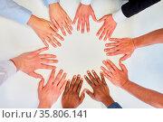 Hände von Business Leuten im Kreis für Teambuilding und Netzwerk ... Стоковое фото, фотограф Zoonar.com/Robert Kneschke / age Fotostock / Фотобанк Лори