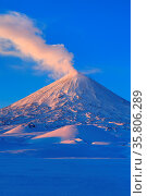 Picturesque winter volcanic landscape of Kamchatka Peninsula: view... Стоковое фото, фотограф Zoonar.com/Alexander A. Piragis / age Fotostock / Фотобанк Лори