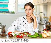 Housewife eating fresh vegetable salad. Стоковое фото, фотограф Яков Филимонов / Фотобанк Лори