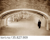Incline to suburban concourse, Grand Central Terminal, N.Y. Central Lines, New York between 1910 and 1920. Редакционное фото, агентство World History Archive / Фотобанк Лори
