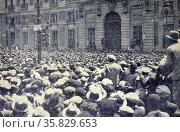 Spanish civil war: In the Puerta del Sol a spontaneous speaker (2013 год). Редакционное фото, агентство World History Archive / Фотобанк Лори