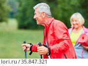 Alter Mann als vitaler Rentner macht Nordic Walking für Ausdauer ... Стоковое фото, фотограф Zoonar.com/Robert Kneschke / age Fotostock / Фотобанк Лори