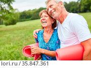 Glückliches Senioren Paar als vitale Rentner im Park mit Gymnastikmatten. Стоковое фото, фотограф Zoonar.com/Robert Kneschke / age Fotostock / Фотобанк Лори