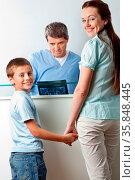 Mutter mit Kind bei einem Kinderarzt. Стоковое фото, фотограф Zoonar.com/Robert Kneschke / age Fotostock / Фотобанк Лори