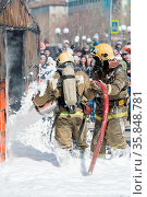 Firefighters extinguishing fire from fire hose, using fire-fighting... Стоковое фото, фотограф Zoonar.com/Alexander A. Piragis / age Fotostock / Фотобанк Лори