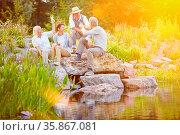 Glückliche Familie feiert zusammen Geburtstag im Garten im Sommer. Стоковое фото, фотограф Zoonar.com/Robert Kneschke / age Fotostock / Фотобанк Лори