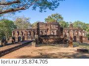 Руины древнего буддистского храма Wat Chang Rob  солнечным днем. Кампхенг Пхет. Таиланд (2016 год). Стоковое фото, фотограф Виктор Карасев / Фотобанк Лори
