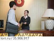 Businessman at Reception Desk of Hotel. Стоковое фото, агентство Ingram Publishing / Фотобанк Лори