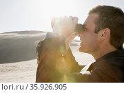 Businessman with binoculars. Стоковое фото, фотограф Shannon Fagan / Ingram Publishing / Фотобанк Лори