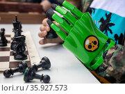 Мальчик играет в шахматы c бионическим протезом руки в городе Москве, Россия. Редакционное фото, фотограф Николай Винокуров / Фотобанк Лори