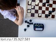 Мальчик задумался над шахматной партией во время игры. Редакционное фото, фотограф Николай Винокуров / Фотобанк Лори