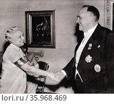 Sir Roy Welensky; Prime Minister of Northern Rhodesia (Zimbabwe) meets Vijaya Lakshmi Nehru Pandit. Редакционное фото, агентство World History Archive / Фотобанк Лори