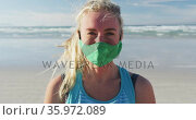 Portrait of caucasian woman wearing face mask at the beach. Стоковое видео, агентство Wavebreak Media / Фотобанк Лори