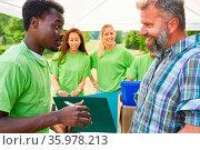 Team Umweltschützer machen Werbung für ein Naturschutzprojekt beim... Стоковое фото, фотограф Zoonar.com/Robert Kneschke / age Fotostock / Фотобанк Лори