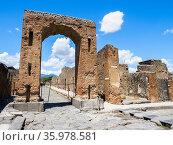Honorary arch of Caligula - Pompeii archeological site, Italy. Стоковое фото, фотограф Stefano Ravera / age Fotostock / Фотобанк Лори