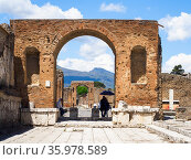 Honorary arch of Tiberius in the forum - Pompeii archeological site... Стоковое фото, фотограф Stefano Ravera / age Fotostock / Фотобанк Лори