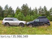 Toyota Land Cruiser Prado 120 and Toyota Land Cruiser 100 (2020 год). Редакционное фото, фотограф Art Konovalov / Фотобанк Лори