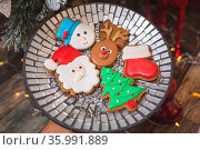 Iced gingerbread cookies by the festive Christmas tree in various... Стоковое фото, фотограф Zoonar.com/Leah-Anne Thompson / easy Fotostock / Фотобанк Лори