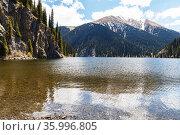 Горное озеро Кольсай Среднее (Мынжилгы), в горах Тянь-Шаня. Стоковое фото, фотограф Михаил Старшов / Фотобанк Лори