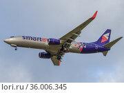 """Самолет Boeing 737-800 (VQ-BBY) авиакомпании """"СмартАвиа"""" крупным планом на фоне пасмурного неба. Редакционное фото, фотограф Виктор Карасев / Фотобанк Лори"""