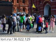 Туристическая группа на Манежной площади в Москве (2019 год). Редакционное фото, фотограф lana1501 / Фотобанк Лори