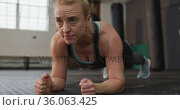 Close up of fit caucasian woman performing plank exercise at the gym. Стоковое видео, агентство Wavebreak Media / Фотобанк Лори