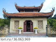 Старинная буддистская пагода на вершине Северных ворот городской цитадели Thang Long . Ханой, Вьетнам (2016 год). Стоковое фото, фотограф Виктор Карасев / Фотобанк Лори