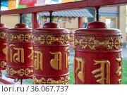Молитвенные барабаны с мантрами во дворе буддийского храма «Дацан Гунзэчойнэй». Санкт-Петербург. Стоковое фото, фотограф Румянцева Наталия / Фотобанк Лори