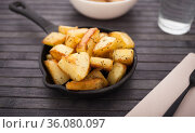 golden fried potatoes on small cast iron skillet. Стоковое фото, фотограф Татьяна Яцевич / Фотобанк Лори