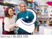 Couple choosing cat furniture supplies in shop. Стоковое фото, фотограф Яков Филимонов / Фотобанк Лори