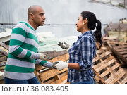 Farm owner gives instructions to the hired worker on the field. Стоковое фото, фотограф Яков Филимонов / Фотобанк Лори